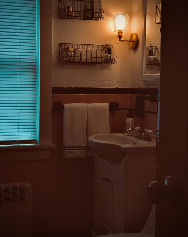 Fenêtre de salle de bain avec store